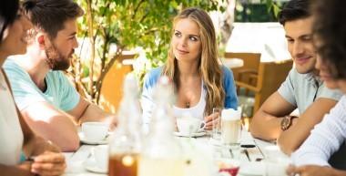 Gäste am Tisch